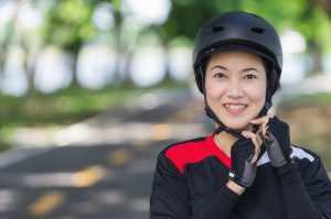 Frau trägt Helm