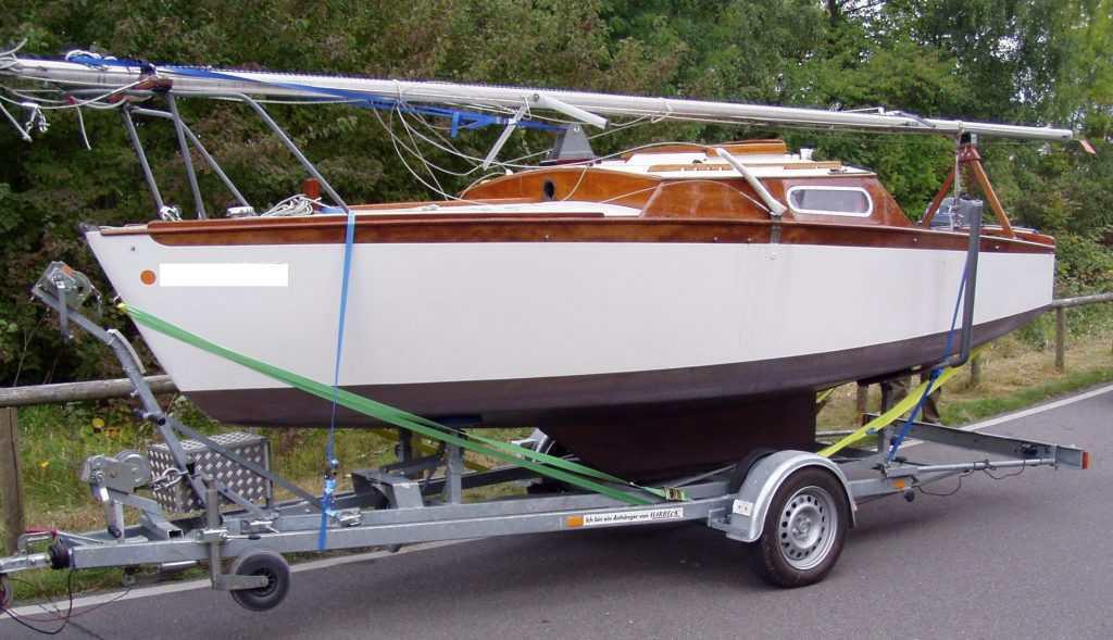 Sportboot auf Anhänger